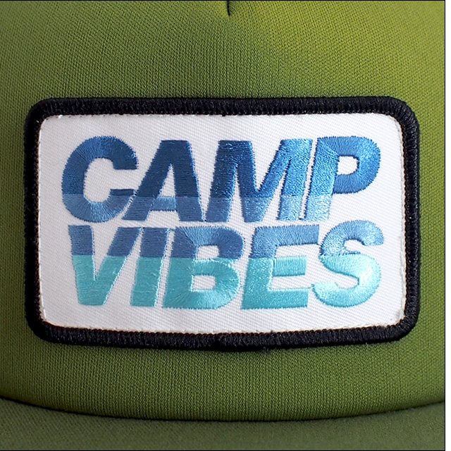 Poler Camping Stuff【ポーラーキャンピングスタッフ】メッシュキャップ CAMP VIBES TRUCKER CAP(Burnt Olive)